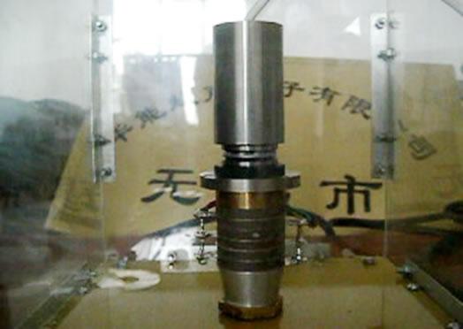 超声电机不像传统电机那样,利用电磁的交叉力获得其运动和力矩。超声电机则是利用压电陶瓷的逆压电效应和超声振动来获得其运动和力矩,将材料的微观变形通过机械共振放大和摩擦耦合转换成转子的宏观运动。它分直线型和旋转型两种。它具备结构简单,直接驱动,断电自锁,低噪音,低能耗等特点。可广泛应用于航空航天、国防、医疗、精密微动结构、工业控制、对磁干扰敏感设备、机器人工业、高档汽车等不连续工作领域。   压电夹心式电机的四片压电陶瓷片,采用朗之万夹心结构紧固在棒状的定子中间,用来激励定子产生弯曲振动,转子压在定子上面